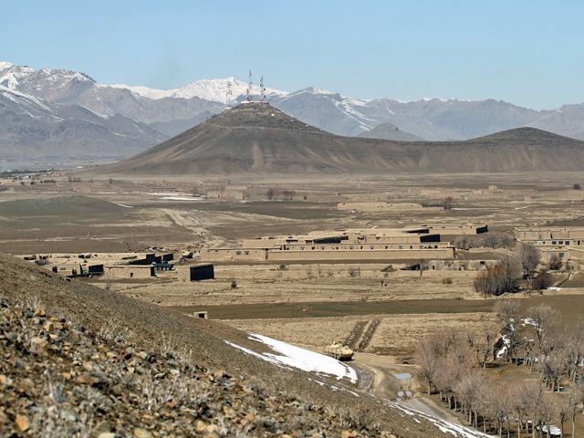 """Widok na """"górę szpiega"""". Po lewej stronie, u podnóża góry, baza Warrior. W dolnym prawy rogu wjazd do wsi Latif, po lewo, na pierwszym planie, wzniesienie, na którym miał stanąć punkt obserwacyjny ANP/fot. Marcin Wójcik, zdjęcie wykonane aparatem Canon EOS 7D"""