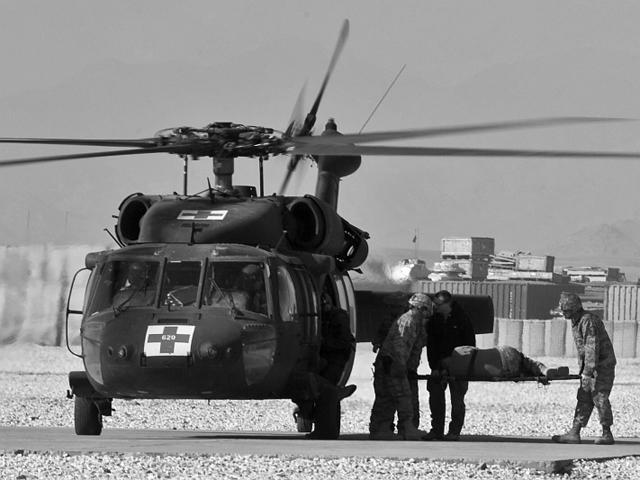 Nawet najszybszy przylot MEDEVAC-u nie jest gwarancją uratowania życia rannego żołnierza.../fot. Adam Roik, zdjęcie ma charakter ilustracyjny