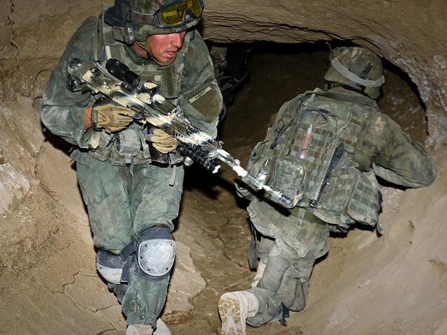 """Afgańczycy nie są pionierami tego rodzaju taktyki. W czasie walk na Pacyfiku podczas II wojny światowej, groty i tunele wykorzystywali Japończycy. Ponad 20 lat później, całe systemy tuneli służyły jako schrony, szlaki transportowr i ewakuacyjne, walczącym z Amerykanami Wietnamczykom. Dziś w """"szczury"""" - jak nazywano żołnierzy US Army, ścigających w tunelach partyzantów Vietcongu - wcielają się polscy żołnierze.../fot. Adam Roik"""