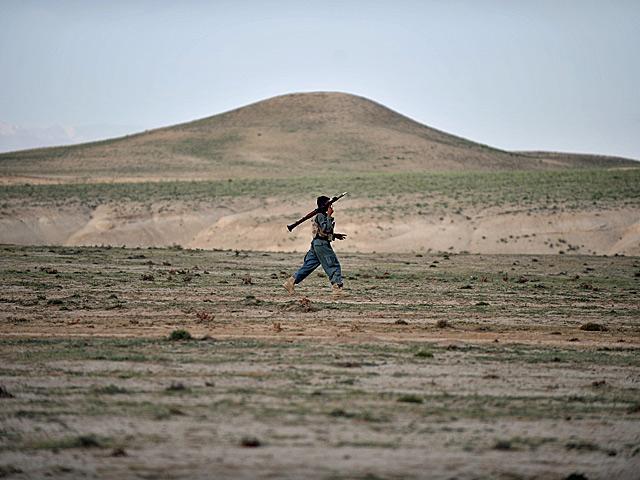 Kwintesencja Afganistanu... Nz. funkcjonariusz afgańskiej policji, maj 2011/fot. Szczepan Głuszczak