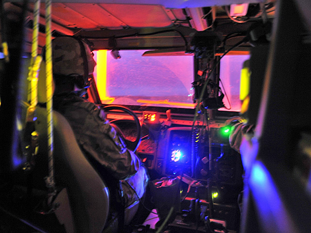 Wbrew pozorom, to żadna dyskoteka, a wnętrze MRAP-a. Maj 2011/fot. Szczepan Głuszczak