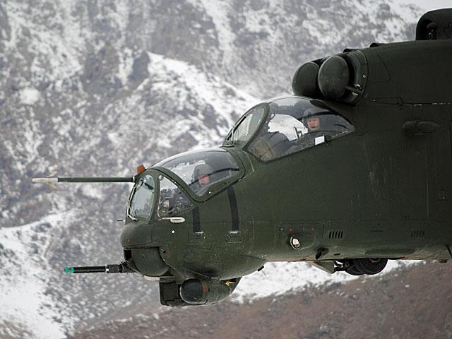"""To był dobry dzień na zdjęcia - w drodze do Warriora udało się """"ustrzelić"""" eskortujący naszą """"siedemnastkę"""" Mi-24/fot. Marcin Ogdowski"""