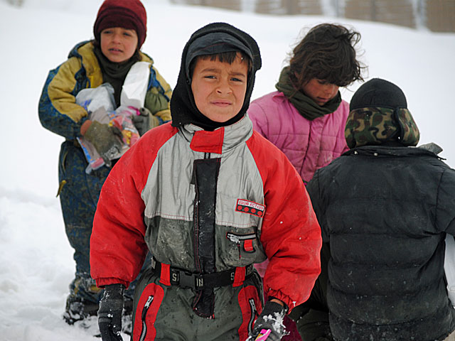 Te dzieciaki i tak sprawiają wrażenie szczęściarzy - są nieźle (ciepło) ubrane/fot. Marcin Ogdowski