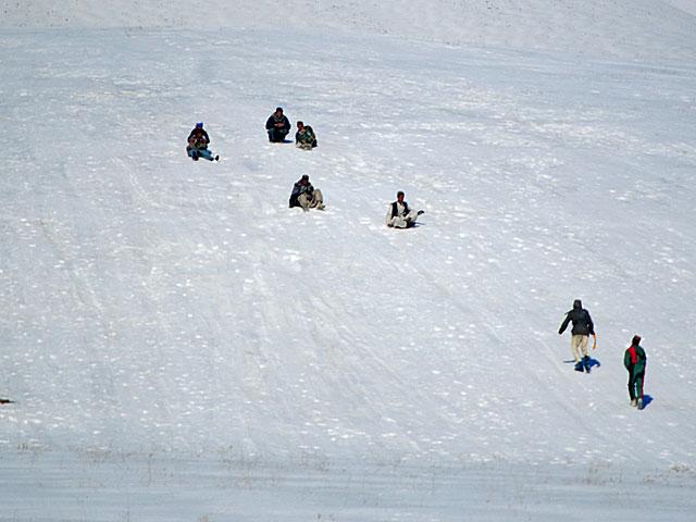 ... z drugiej małolaty bawiące się na śniegu/fot. Marcin Ogdowski