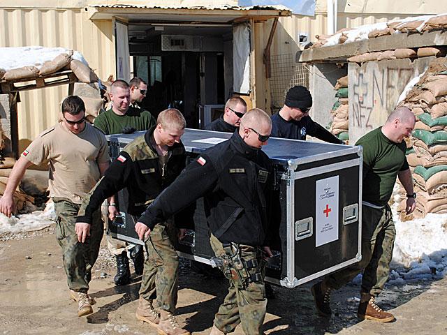 Polacy wynoszą się z Warriora na całego (nz. załadunek sprzętu punktu medycznego).../fot. Marcin Ogdowski