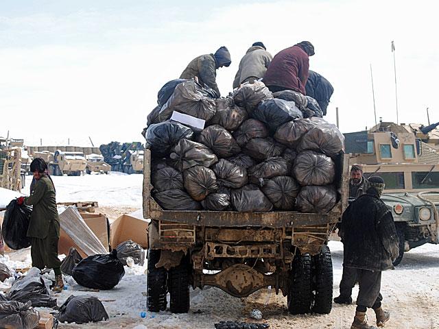 Setki ludzi produkują tony śmieci. Ich zbieranie i wyworzenie to zajęcie dla lokalnych pracowników/fot. Marcin Ogdowski