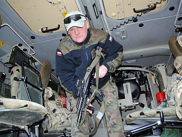 """Arek, również dowódca rosomaka, zamiast w """"Jamie"""", wolał zdjęcie w swoim wozie/fot. Marcin Ogdowski"""
