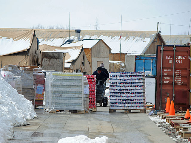 """Karmieniem personelu zajmują się pracownicy """"Fluora"""" - prywatnej firmy logistycznej. Jak widać, nawet wojna została dziś skomercjalizowana/fot. Marcin Ogdowski"""