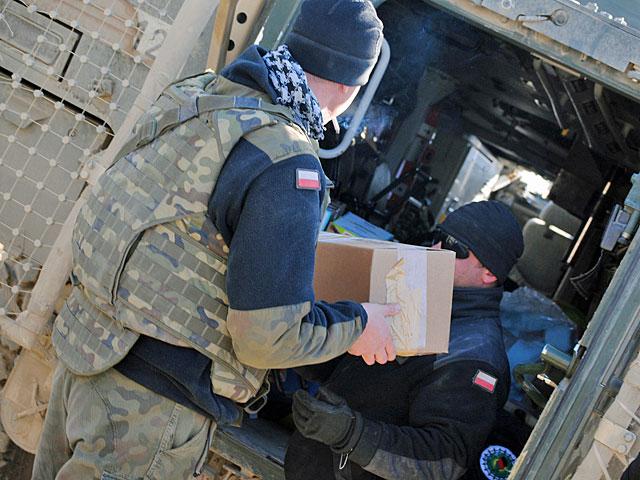 Pakowanie darów do jednego z rosomaków/fot. Marcin Ogdowski