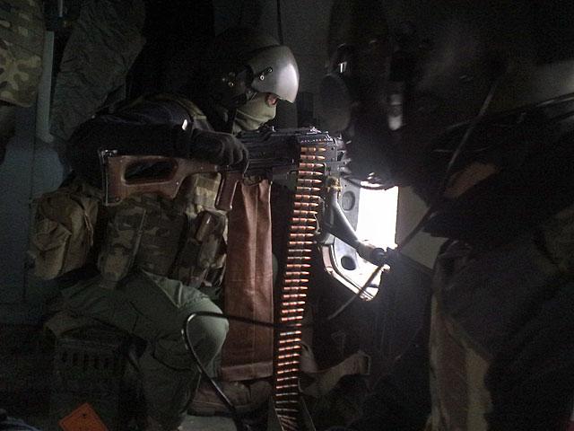 Miało być moje zdjęcie przy pracy (jak sam fotografuję tego strzelca). Ale uciekłem koledze z kadru i wyszło... genialne zdjęcie, pokazujące wojenną stronę afgańskiej rzeczywistości/fot. Jacek Ciapciński