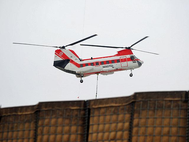 """Tak zwany """"bejbiczinuk"""", śmigłowiec prywatnej firmy logistycznej, zaopatrującej Ghazni w żywność i wodę/fot. Marcin Ogdowski"""