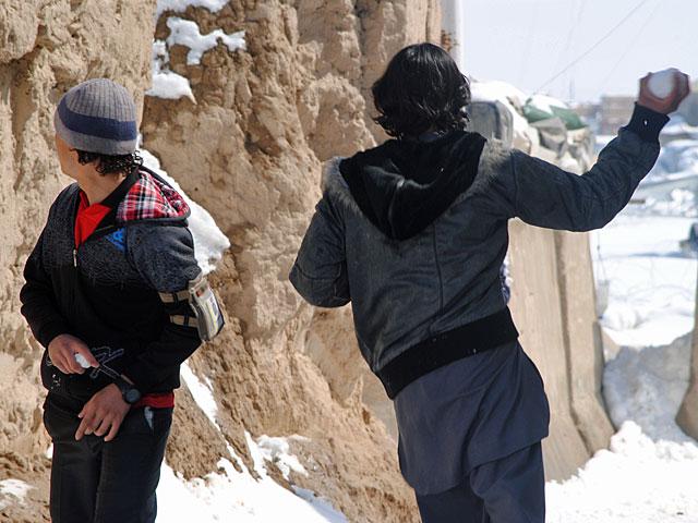 Cywilni pracownicy bazy Warrior złapani na śnieżno-kulkowej wojnie/fot. Marcin Ogdowski