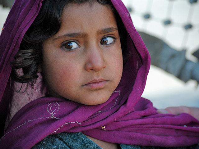 Ale, jakkolwiek byśmy nie próbowali o tym zapomnieć, w Afganistanie toczy się wojna. Cierpią na niej przede wszystkim cywile - jak ta dziewczynka, przerażona wejściem obcego wojska do jednej z wiosek w dystrykcie Moqur/fot. Marcin Ogdowski
