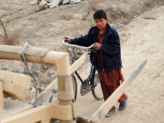 Kwintesencja współczesnego Afganistanu - wojsko sobie, cywile sobie.../fot. Marcin Ogdowski