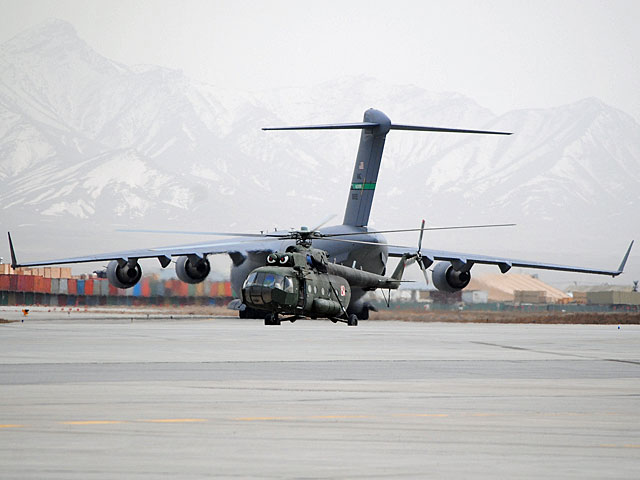"""Jedno z ostatnich zdjęć, jakie zrobiłem w Afganistanie podczas tego wyjazdu. Na pierwszym planie nasz Mi-17, na drugim - amrykański C-17. Każdy ma takie """"siedemnastki"""", na jakie go stać.../fot. Marcin Ogdowski"""