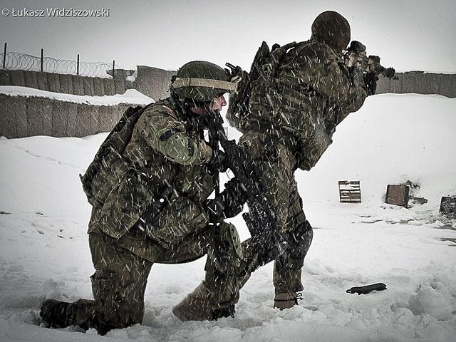 Ale nie zapominajmy, że trwa tam wojna, w której biorą udział również nasi żołnierze (nz. w czasie strzelań na strzelnicy)/fot. Łukasz Widziszowski