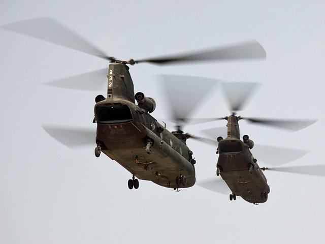 """... czego dobitnym przykładem kolejna fotografia, przedstawiająca """"chinooki"""", lądujące - w ramach """"ringu"""" - na helipadzie w Ghazni/fot. Bartek Bera"""
