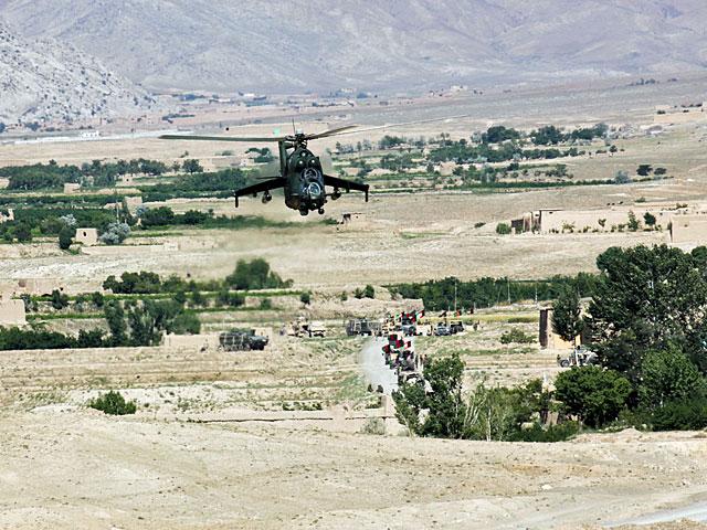 ... ale w sumie, czemu dziwić się Polakom, skoro Afgańczycy z armii rządowej wprost obwiesili się flagami. Tak, że widać ich było z baaardzo daleka.../fot. Katarzyna Szal