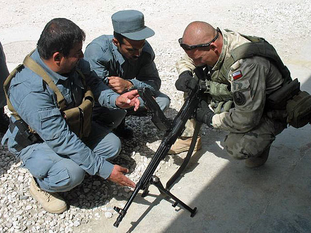 Afgańscy policjanci i polski instruktor/fot. PKW Afganistan