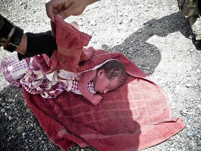 Przydrożne zawiniątko.../fot. PIO Afganistan