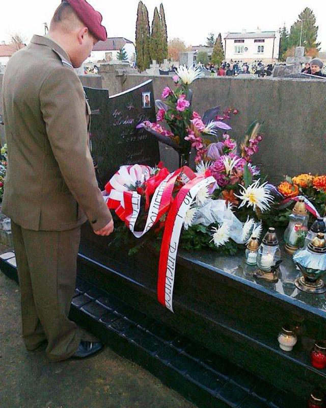 Na grobie Artura Pyca (zmarły 8 września 2009 roku) także w tym roku pojawili się koledzy z 6. Brygady/fot. 6BPD