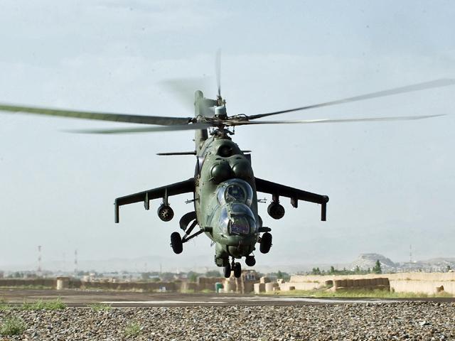 Mi-24 ma opinię latającego czołgu. Jak widać, nawet tak potężna maszyna nie jest w stanie dać pełnej ochrony członkom załogi/fot. Adam Roik