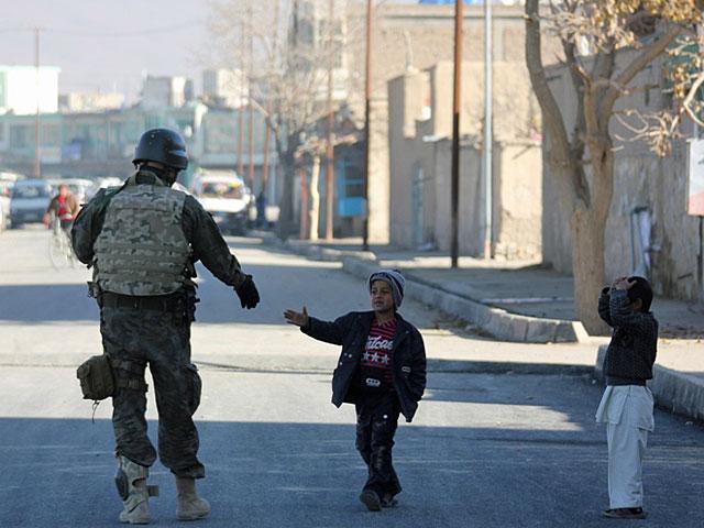 """Gdyby misja wyglądała tylko tak, jak na tym zdjęciu, i dla żołnierzy i dla ich rodzin byłaby to """"cieplarnia"""". Ale nie jest... Ghazni, listopad 2012/fot. PIO Afganistan"""