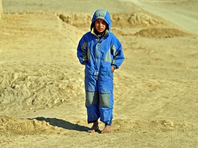 """Dziecko bez butów - to, mimo 11 lat """"stabilizacji"""", wciąż dość powszechny widok w Afganistanie/fot. Wojciech Kluczewski"""