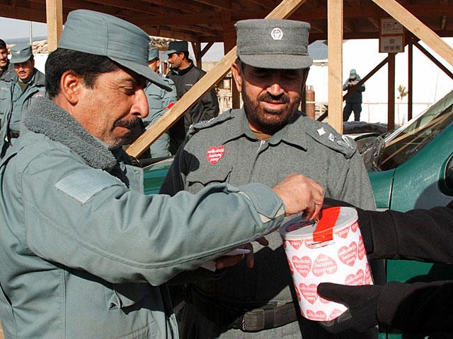Wrzucali również Afgańczycy.../fot. archiwum PKW