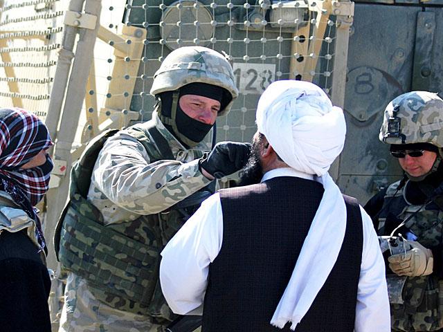 Przy okazji polscy żołnierze sprawdzali zatrzymane przez afgańskich policjantów osoby urządzeniem biometrycznym do identyfikacji osób HIIDE. Pobierali też próbki DNA/fot. Marcel Podhorodecki
