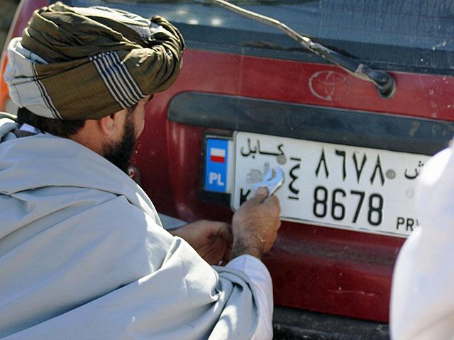 ... na najpopularniejszych w Afganistanie autach - toyotach corollach/fot. Marcel Podhorodecki