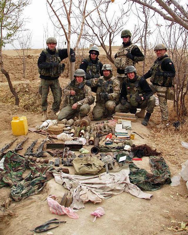 Nie próżnowała również bojówka, której przypisuje się wykrycie i zlikwidowanie 47 gotowych do użycia improwizowanych ładunków wybuchowych, likwidację 16 magazynów broni i amunicji, w tym ponad 21 ton śmiercionośnych materiałów wybuchowych domowej produkcji, 23 sztuki broni oraz ponad dwóch i pół tysiąca sztuk amunicji/fot. PIO Afganistan