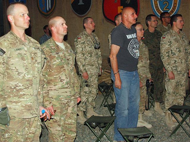 """...tak by po jego zachodzie przystąpić do capstrzyku, w trakcie którego przywołano pamięć wszystkich żołnierzy Sił Zadaniowych """"Biały Orzeł"""" poległych w trakcie misji w Afganistanie/fot. PIO Afganistan"""
