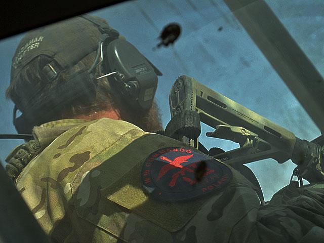 Ci, w wersji na bojowo, usiedli na pace, po czym mini konwój ruszył do obozowiska TF 50, jak nazywa się zgrupowanie z Lublińca.