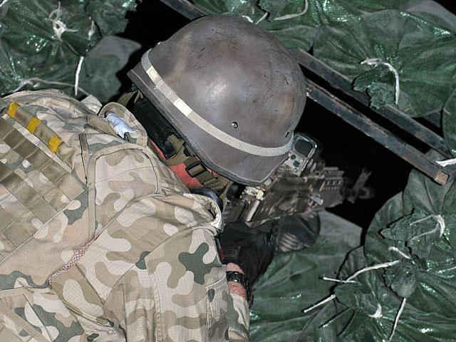 Ćwiczenia odbyły się w kompletnych ciemnościach. Nz. stanowisko ogniowe na jednym z dachów, obsadzone przez żandarmów/fot. Marcin Ogdowski