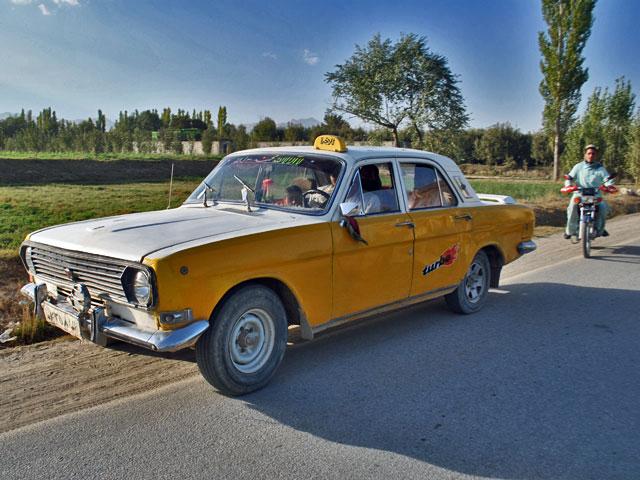 """""""Klasyczna"""" wołga w wersji taxi."""