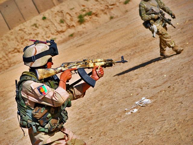 """Szkolenie strzeleckie afgańskich specjalsów. """"Anioł stróż"""" w prawym górnym rogu/fot. Marcin Ogdowski"""