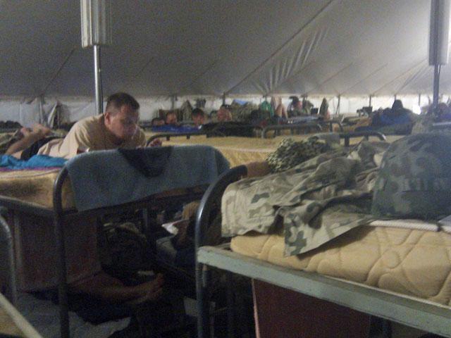 """Po trzech dniach pobytu na """"ersołaju"""" - ogromnym namiotowisku, na które trafia rotujące się wojsko - w towarzystwie niemal 150 osób zamieszkujących """"mój' namiot..."""