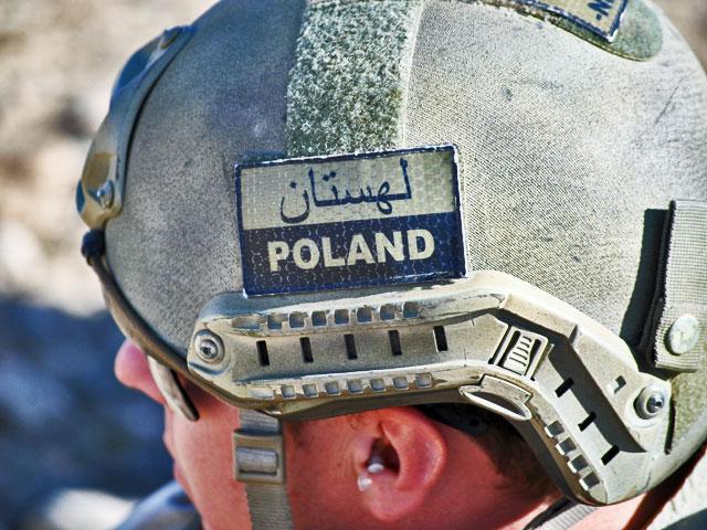 """A na bojówce bez zmian – duża część żołnierzy rzuca w kąt etatowe wyposażenie i kupuje własne. Na przykład hełmy. W tej sytuacji naszywka """"Poland"""" zyskuje dodatkowe znaczenie – pozwala zidentyfikować jako jedną formację owo na poły partyzanckie wojsko."""