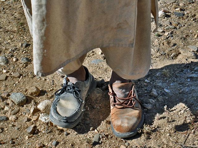 Buty pochodzące z dwóch różnych par – symbol biedy panującej w tym kraju. Ich właścicielem był afgański mężczyzna, pasterz. Bardzo chciał mnie nakłonić, bym oddał mu swoje obuwie…