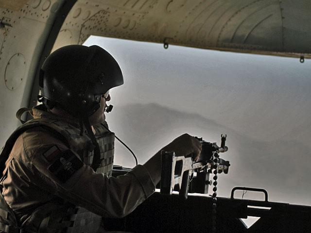 """Póki pozwalają na to warunki pogodowe, Mi-17 latają z – jak to zwykło się mówić – """"otwartymi dupami"""" (zimą montuje się i zamyka tylne rampy). Miejsce z tyłu zajmuje wówczas dodatkowy strzelec/fot. (wszystkie) Marcin Ogdowski"""