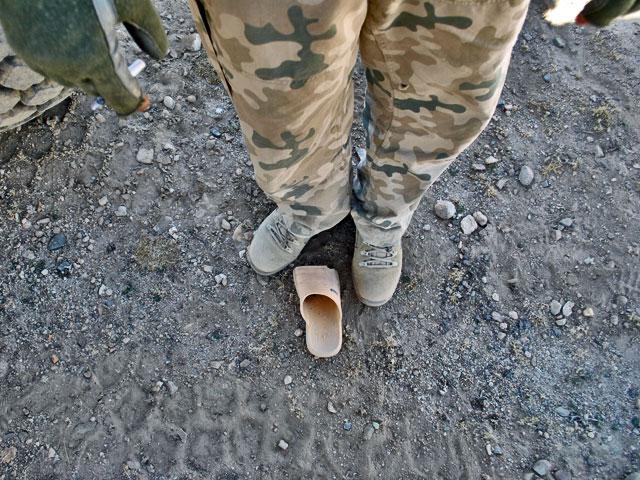 Z fajertestami jest tak, że zawsze przyciągają uwagę miejscowych. Afgańczycy – tak bardzo nawykli do zagrożeń – gdyby mogli, weszliby żołnierzom pod lufy. Zwykle nie wystarczają gesty – dopiero strzały w powietrze pozwalają odgonić zbieraczy amunicyjnego złomu. Uciekają, czasem zostawiając za sobą takie pamiątki…/fot. (wszystkie) Marcin Ogdowski