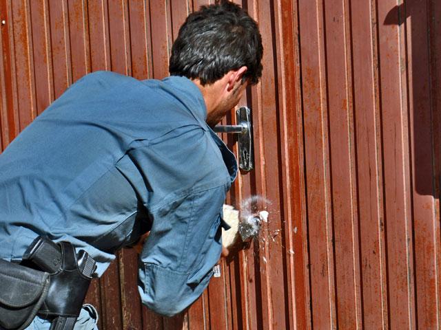 Zgodnie z prawem w akcji musieli wziąć udział afgańscy policjanci. To na nich spoczywał obowiązek otwarcia bram. Jak widać, przygotowali się do tego przednio.../fot. Marcin Ogdowski