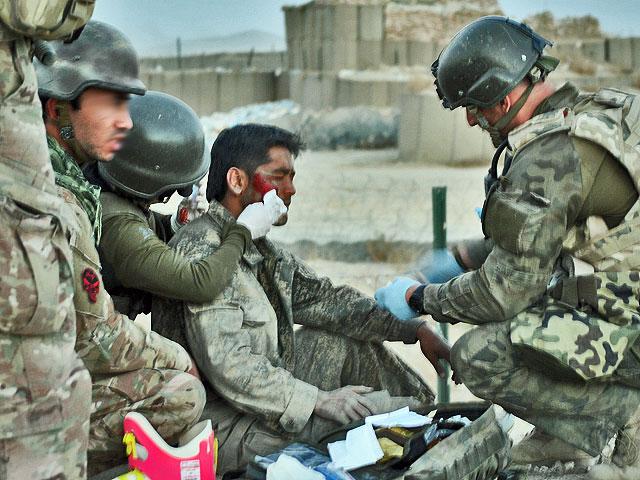 Wówczas para ratowników zmuszona była udzielić pomocy afgańskiemu policjantowi