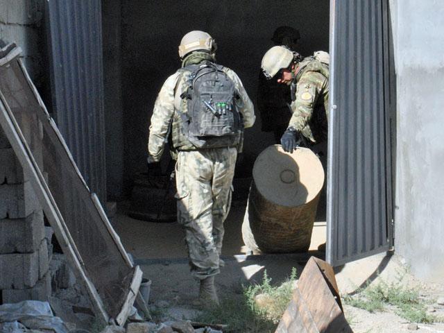 Na teren posesji weszło kilku żołnierzy i zaczęło się przeszukiwanie pomieszczeń/fot. Marcin Ogdowski