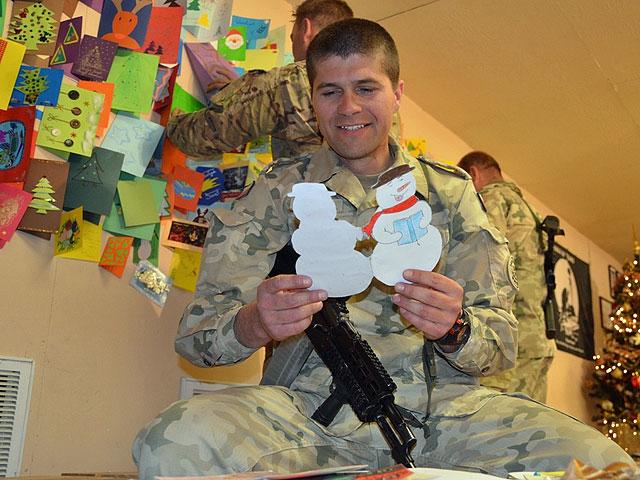 Jak co roku żołnierze nie mogą narzekać na brak świątecznych kartek, nadesłanych przez dzieci z całej Polski/fot. PIO Afganistan