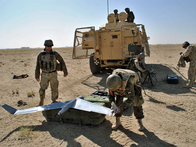 Samolociki, albo… kosiarki – tak mówiło się o bezzałogowcach w Afganistanie. O ile pierwsze określenie zdaje się być oczywiste, o tyle drugie może nieco dziwić. Już wyjaśniam – chodzi o dźwięk silniczka maszyny. Wkurzający, zwłaszcza gdy kosiarka latała nad bazą... Nz. Obsługa BSR-a przygotowuje maszynę do lotu/fot. Marcin Ogdowski