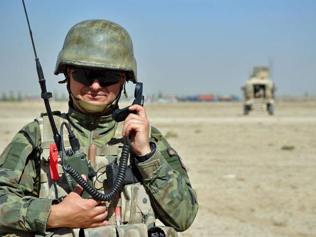 Zadanie, w trakcie którego wykonałem te zdjęcia, polegało na rozpoznaniu lotniczym wiosek w okolicy bazy Ghazni. A ponieważ ta ostatnia to również lądowisko dla helikopterów, konieczna była koordynacja działań grupy obsługującej BSR-a z ghaznieńskim Centrum Operacji Taktycznych/fot. Marcin Ogdowski