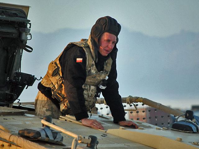 Kierowca Rosomaka, po dotarciu do bazy Moqur, luty 2012/fot. Marcin Ogdowski