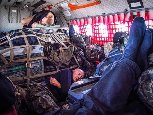 Gdzieś między Polską a Afganistanem, pokład samolotu CASA, wrzesień 2013 r. To jedna z wystawowych fotografii, autorstwa Marcina Wójcika.